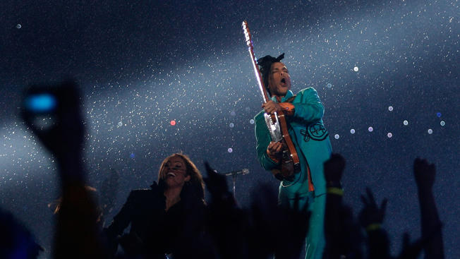 Prince performing in the rain at Super Bowl XLI_2