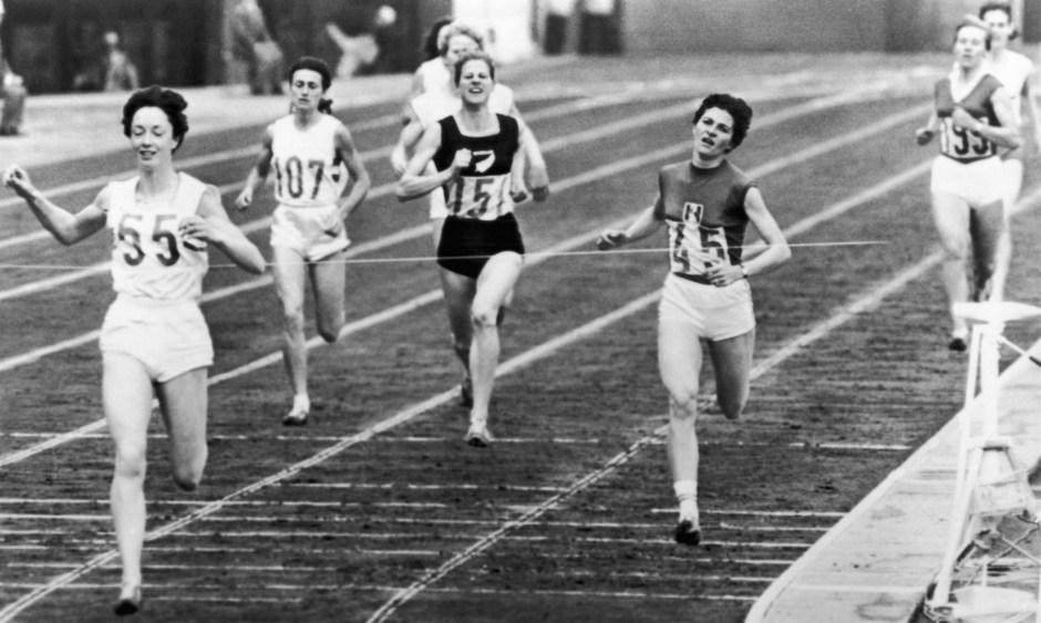 ann-packer-beating-out-marise-chamberlain-in-800m