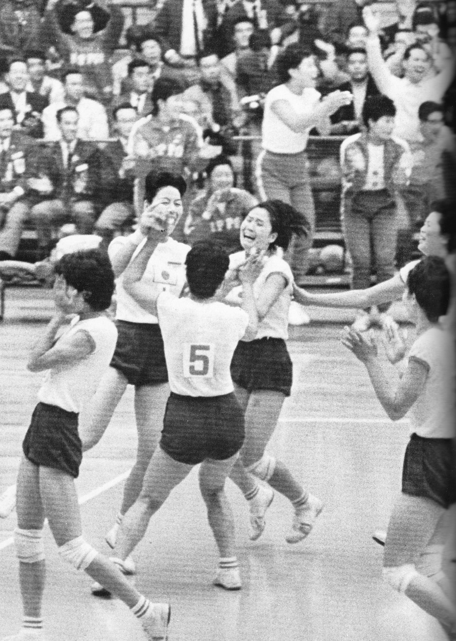 Japan's Women's Volleyball team victorious 1964_Bi to Chikara
